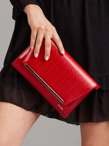 Czerwona lakierowana torba kopertówka
