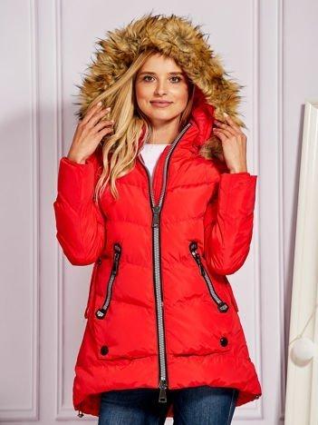 Czerwona pikowana kurtka z ozdobnymi suwakami