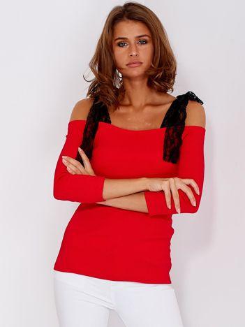 Czerwona prążkowana bluzka z kokardami na ramionach