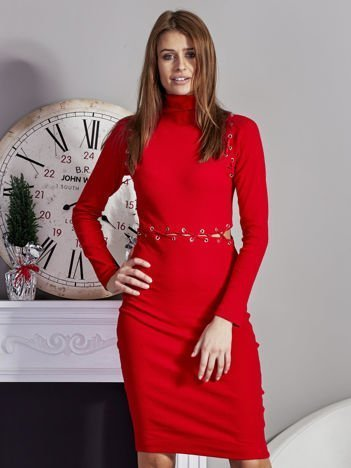 Czerwona prążkowana sukienka ze sznurowaniami