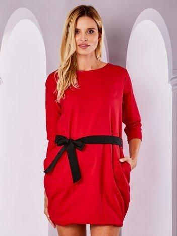 Czerwona sukienka bombka z wiązaniem