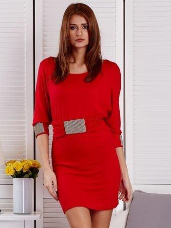 Czerwona sukienka koktajlowa z biżuteryjnymi wstawkami