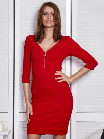Czerwona sukienka w prążek z suwakiem