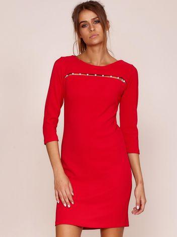 Czerwona sukienka z aplikacją z perełek