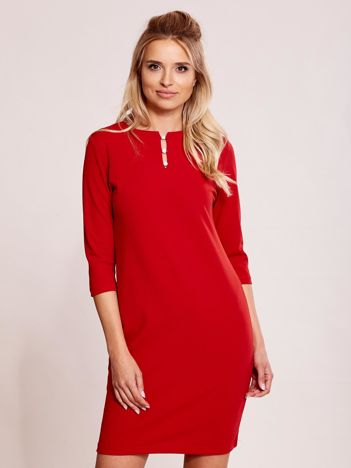 Czerwona sukienka z biżuteryjnym dekoltem