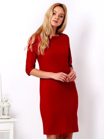 Czerwona sukienka z ćwiekami na ramionach