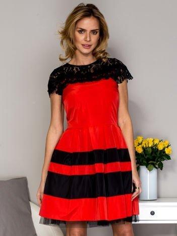 Czerwona sukienka z koronkowym dekoltem