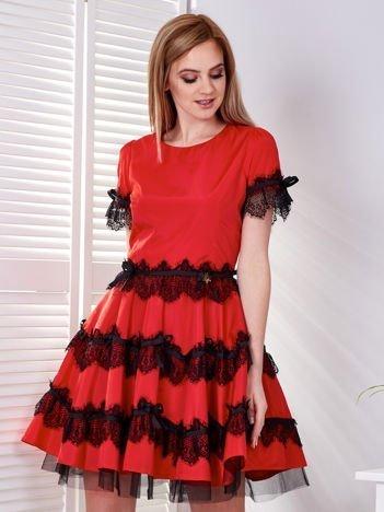 Czerwona sukienka z koronkowymi falbanami