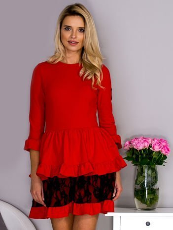 Czerwona sukienka z ozdobnymi falbankami