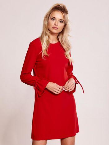Czerwona sukienka z wiązanymi rękawami