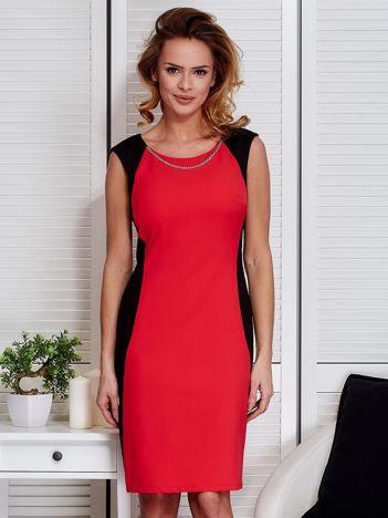 Czerwona sukienka ze złotym łańcuszkiem