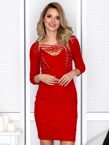 Czerwona sznurowana sukienka w prążek
