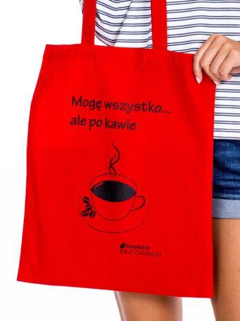 Czerwona torba materiałowa z kawą
