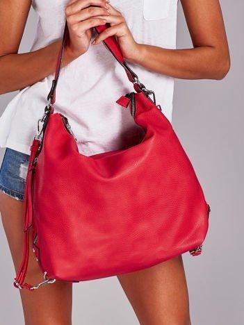 Czerwona torba z ozdobnymi zamkami po bokach