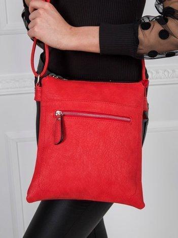 Czerwona torebka z długim paskiem