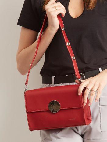 Czerwona torebka z ozdobnym zapięciem