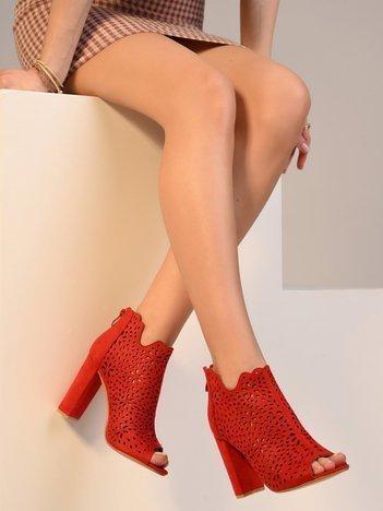 Czerwone ażurowe botki na słupkach z suwakiem na tyle cholewki