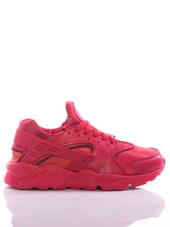 Czerwone buty sportowe z wzmocnieniami na tyle cholewki