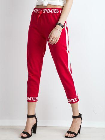 Czerwone dresowe spodnie z napisami