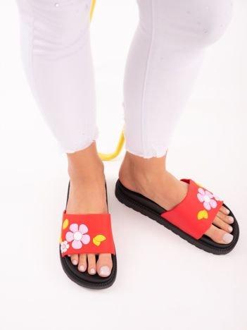 Czerwone klapki na grubej podeszwie w żółte kwiaty