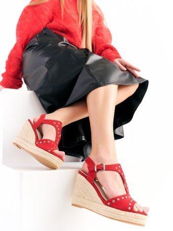 Czerwone sandały Kylie z nitami na koturnach