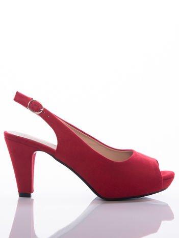 Czerwone sandały Sabatina na słupku