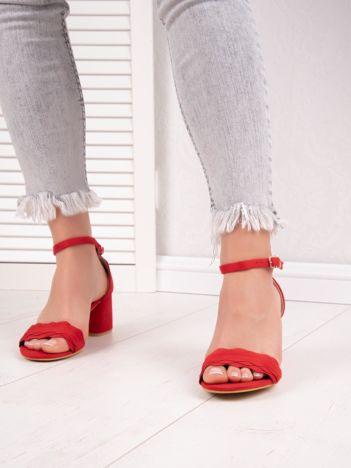 Czerwone sandały na niskim asymetrycznym klocku z zapięciem na kostkach