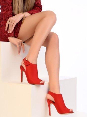 Czerwone sandały na szpilkach zapinane na sprzączkę