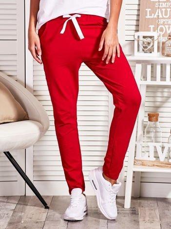 Czerwone spodnie dresowe z błyszczącym lampasem