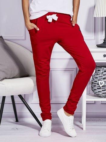 Czerwone spodnie dresowe z kolorowymi lampasami
