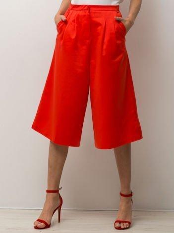 Czerwone spodnie typu culottes