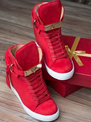 Czerwone zamszowe sneakersy ze złotymi dodatkami