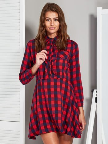 Czerwono-granatowa sukienka w kratę z żabotem