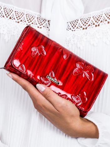 Czerwony cieniowany lakierowany portfel w motyle