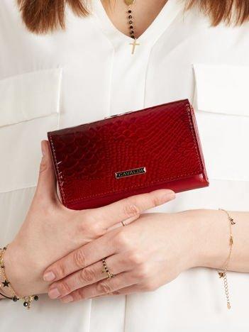 Czerwony lakierowany podłużny damski portfel