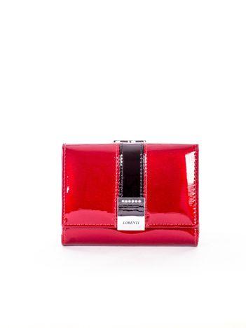 Czerwony lakierowany portfel damski z ozdobnym zapięciem