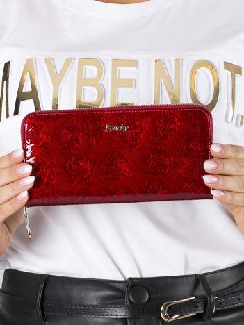 Czerwony lakierowany portfel skórzany w róże