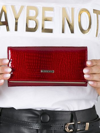 Czerwony lakierowany portfel skórzany ze wzorem animal