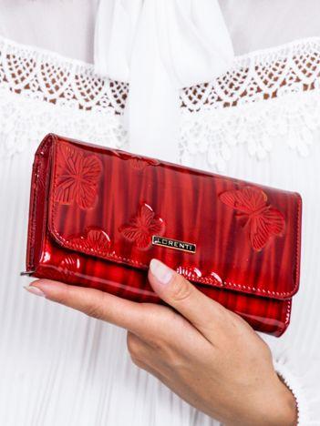 Czerwony lakierowany portfel w delikatnie tłoczone motyle