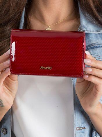 Czerwony lakierowany portfel w drobny wzór