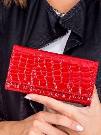 Czerwony lakierowany portfel z tłoczonym wzorem