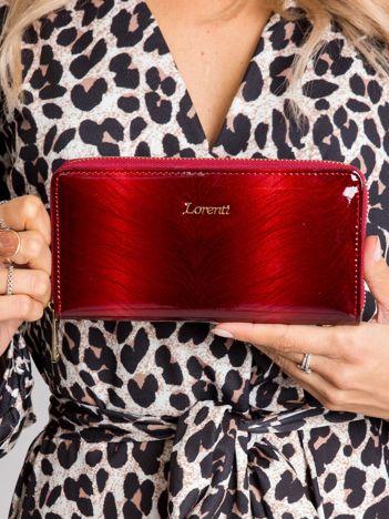 Czerwony lakierowany wzorzysty portfel