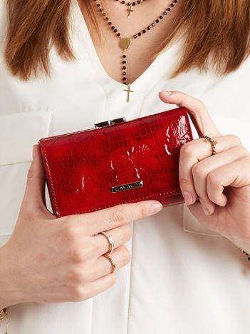 Czerwony podłużny portfel w motyle