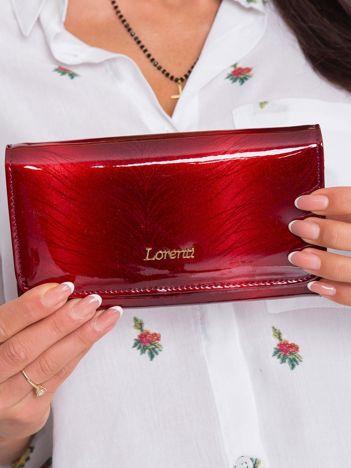 Czerwony portfel damski lakierowany we wzory