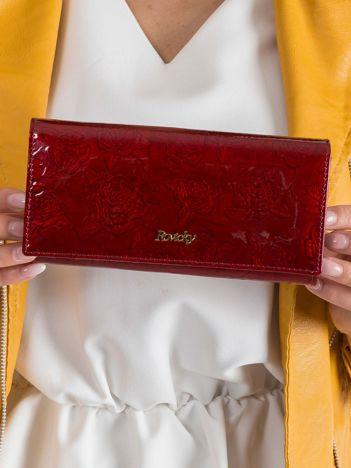 Czerwony portfel skórzany kwiatowe tłoczenia