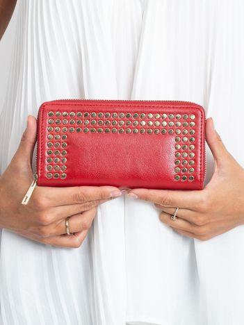 Czerwony portfel z ćwiekami