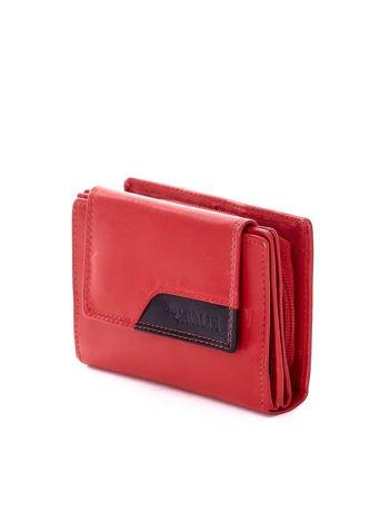 Czerwony portfel z kontrastowym wykończeniem