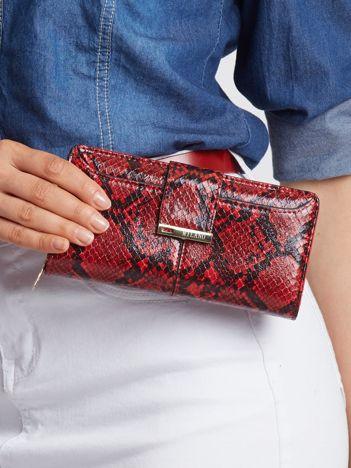 Czerwony portfel z wężowym wzorem