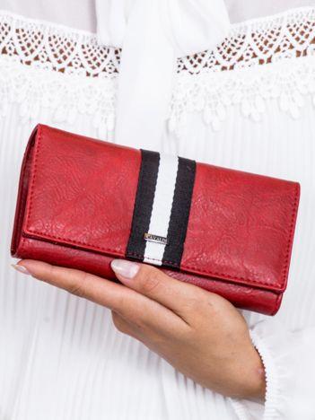 Czerwony portfel z wstawką w paski