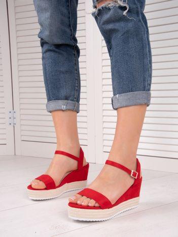 Czerwony sandały SWEET SHOES na koturnach zapinane na kostkach